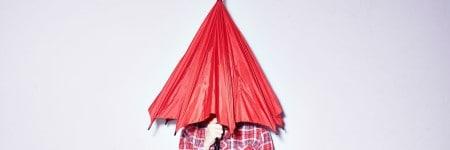 אישה מסתתרת במטרייה