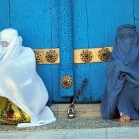 נשים מול מסגד במזאר-א-שריף באפגניסטאן