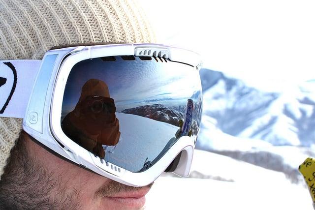 איש עם מסכת סקי וצלם משתקף