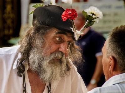 איש מוזר עם פרחים בכובע