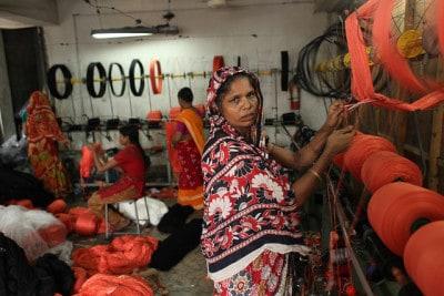 עובדות במפעל טקסטיל בבנגלדש