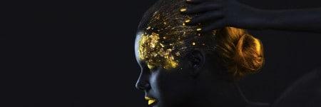דוגמנית צבועה בשחור עם עיטור זהב