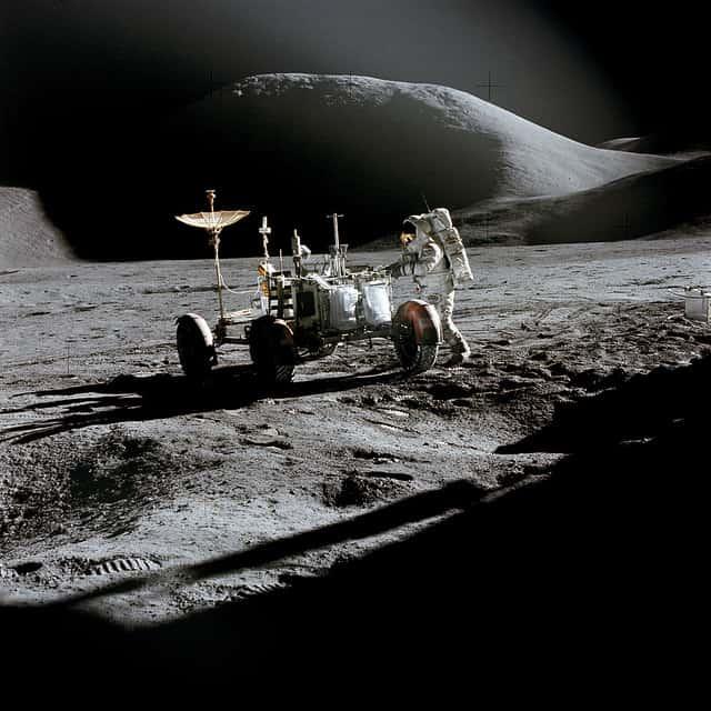 רכב השטח של אפולו 15 נוסע על הירח.