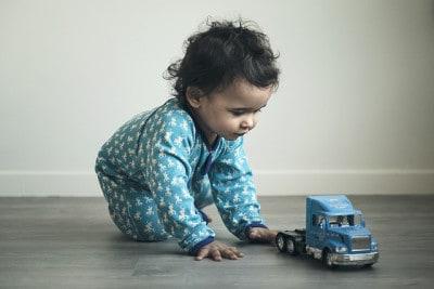 תינוק משחק עם משאית