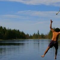 שחררתי, ילד עוזב חבל וקופץ לאגם