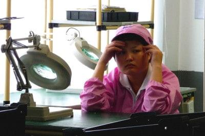 עובדת משועממת במפעל בסין