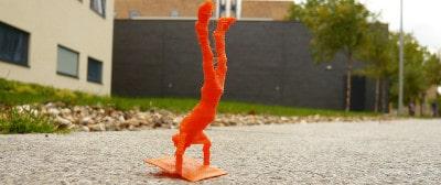 דמות פלסטיק עושה עמידת ידיים