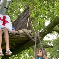 ילדים משחקים באבירים בבית עץ