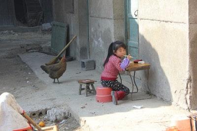 ילדה בכפר בסין