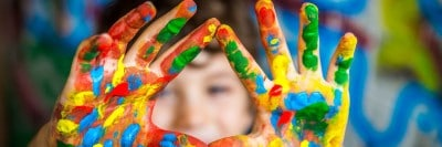 ידיים של ילד עם צבעים