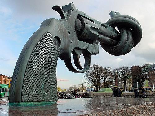 """""""אי-אלימות"""", פסל במלמו, שבדיה."""