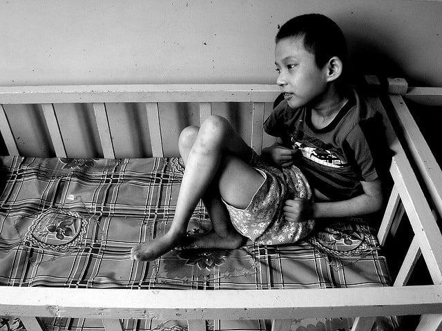 ילד סיני נכה בבית יתומים