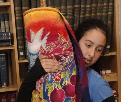נערה אוחזת בספר תורה. USCJ, התנועה הקונסרבטיבית