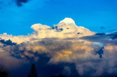 עננים בשמיים באופק
