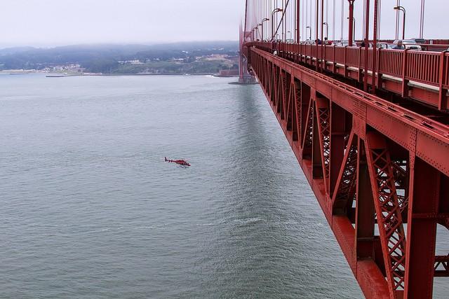 הליקופטר טס מתחת לגשר Golden Gate