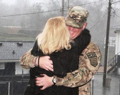 חייל אמריקני חוזר מאפגניסטאן ומתקבל על ידי אשתו.