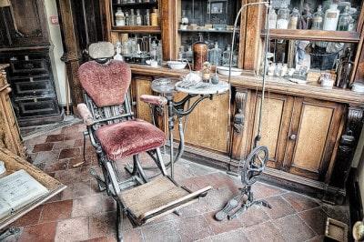 כיסא של רופא שיניים ויקטוריאני