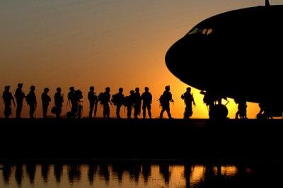 חיילים אמריקנים עולים למטוס.