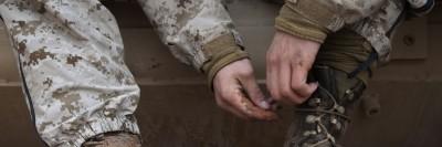 חייל אמריקני קושר שרוכים באפגניסטאן