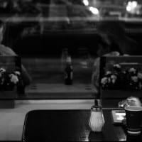אישה לבד בבית קפה עם מסך אישי