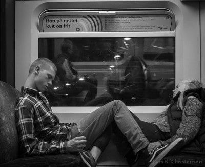 שני צעירים רדומים ברכבת לעבודה