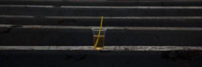 כוס מיץ עם קש בתל-אביב.