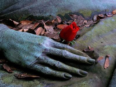 קבר בבית הקברות פר לשז, פסל של יד עם פרח טרי