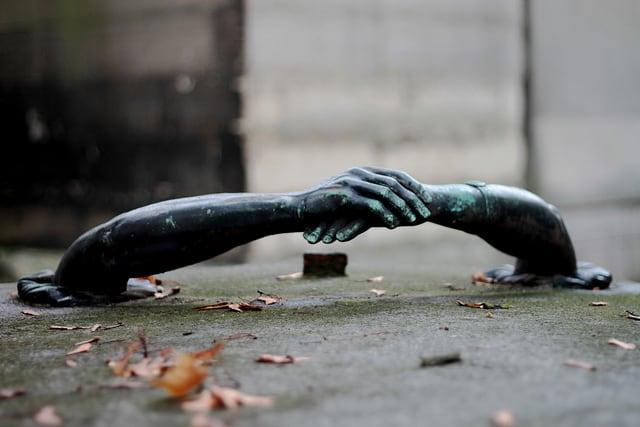 ידיים במצבה בבית הקברות פר לאשז בפריס