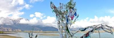 טיבט, דגלים בודהיסטיים, אגם, הרים
