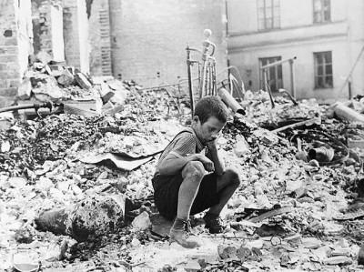 ילד פולני בחורבות ורשה 1939