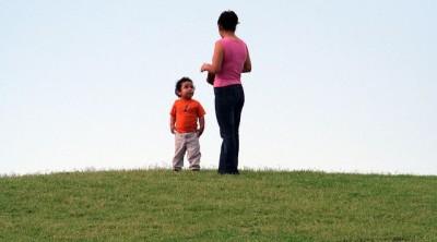 ילדה מביטה בהערצה אל אמה