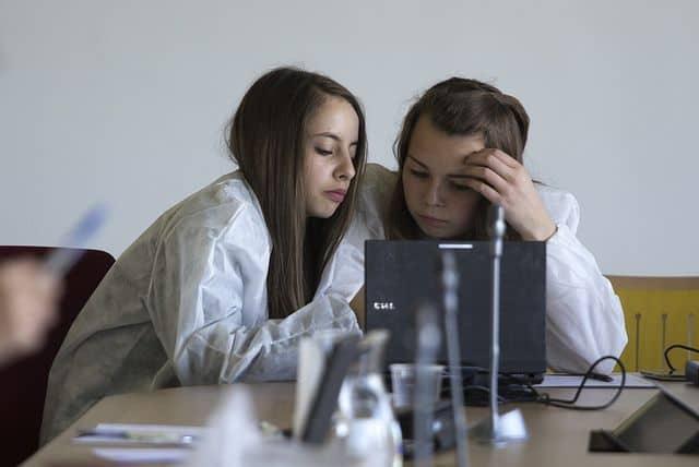 נערות ליד מחשב ביום לעידוד לימודי מדע