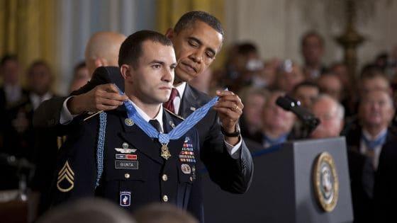 חייל אמריקני מקבל מדליה מהנשיא אובמה