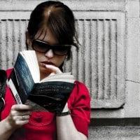 אישה צעירה קוראת ספר