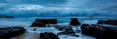 סלעים בים לקראת סערה