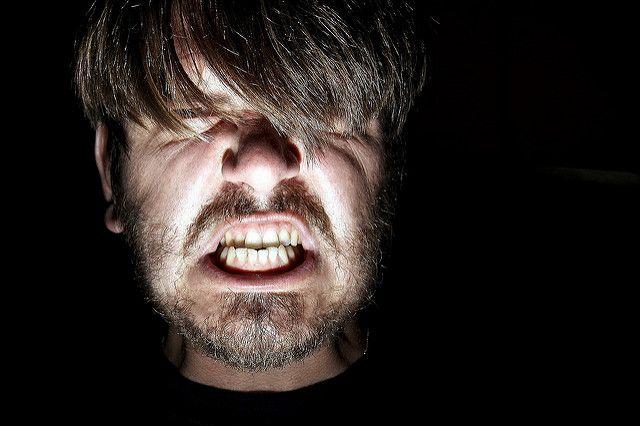 גבר צעיר כועס