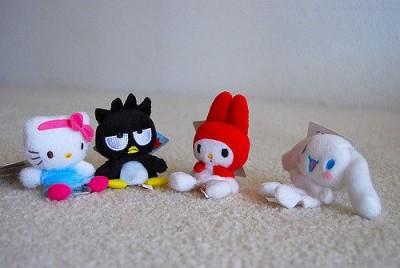 בובות הלו קיטי יושבות ביחד