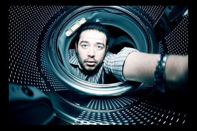 איש בתוך מכונת כביסה
