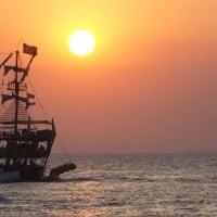 ספינת פיראטים בשקיעה