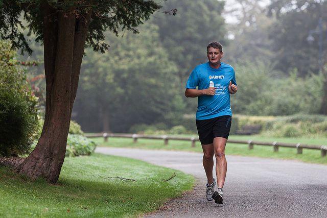 גבר רץ בפארק