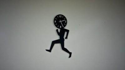 שעון קיר ואיש רץ