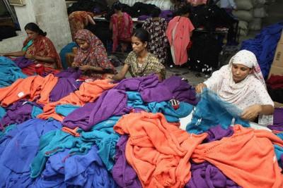 נשים במפעל טקסטיל בבנגלדש