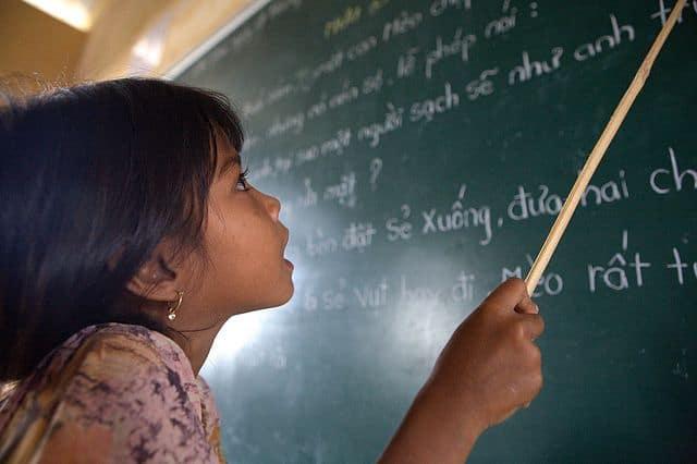 ילדה לומדת שפה, וייטנאם, ח'מר