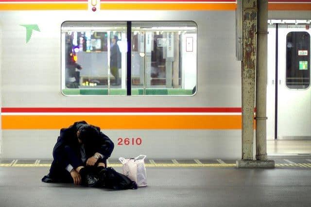 שכיר יפני, תחנת רכבת