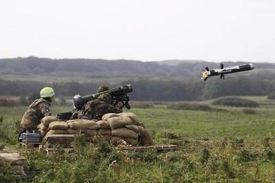 חיילים בריטיים יורים טיל נגד טנקים
