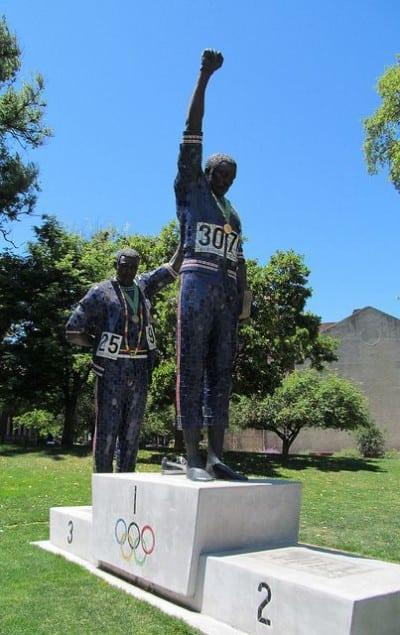 פסל לציון מחאת האתלטים השחורים באולימפיאדת מקסיקו 1968.
