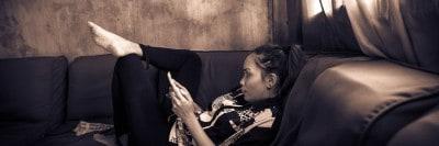 סמרטפון, צעירה על ספה