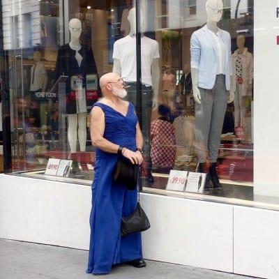 גבר בשמלה מול חלון ראווה, crossdressing