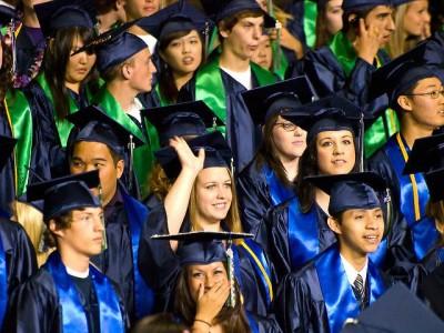 """בוגרי תיכון בארה""""ב, גלימות וכובעים"""
