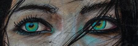 אירוניה, ציור קיר של בחורה עם עיניים ירוקות
